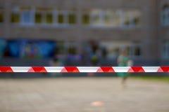 Linhas vermelhas e brancas de fita da barreira Na estação de metro, o fundo do aeroporto Cena criminosa imagem de stock royalty free