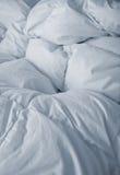 Linho de cama branco no vertical Imagem de Stock Royalty Free