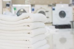 Linhos limpos e brilhantes da loja da lavanderia imagem de stock royalty free