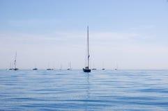 Linia żaglówka maszty na Błękitnym morzu Fotografia Royalty Free