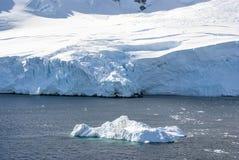 Linia brzegowa Antarctica z lodowymi formacjami Obrazy Royalty Free