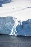 Linia brzegowa Antarctica z lodowymi formacjami Zdjęcie Royalty Free
