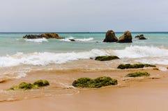 Linia brzegowa Atlantycki ocean w Portimao, portugalczyk Algarve Fotografia Royalty Free