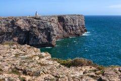 Linia brzegowa blisko fortecznego Fortaleza De Sagres, Portugalia, Algarve Zdjęcie Stock