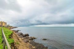 Linia brzegowa i morze śródziemnomorskie w marsali, Włochy Obrazy Royalty Free