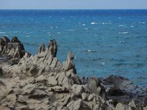 Linia brzegowa i niewygładzone lawowe skały dzwoniliśmy Dragon's zęby i rozbijać przy Makaluapuna punktem blisko Kapalua fala,  Zdjęcie Stock