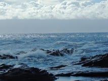 Linia brzegowa i niewygładzone lawowe skały dzwoniliśmy Dragon's zęby i rozbijać przy Makaluapuna punktem blisko Kapalua fala,  Zdjęcia Royalty Free