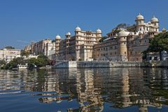 Linia brzegowa Jeziorny Pichola, Udaipur, Rajasthan, India zdjęcia stock