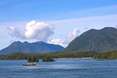 Linia brzegowa Meares wzgórza i wyspy wierzchołki w Tofino, Vancouver Jest obraz royalty free