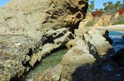 Linia brzegowa pod montażu kurortu laguna beach, Kalifornia zdjęcia royalty free
