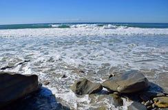Linia brzegowa przy Dębową ulicy plażą w laguna beach, Kalifornia obraz stock