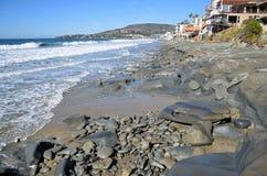 Linia brzegowa przy strumykami i Dębową ulicy plażą w laguna beach, Kalifornia fotografia royalty free