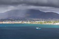 Linia brzegowa w mgle wzdłuż Świątobliwej Kitts i Nevis wyspy w Ca Obraz Stock