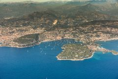 Linia brzegowa wzdłuż villefranche-sur-mer i nakrętki obrazy stock