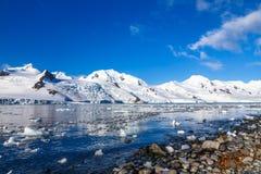 Linia brzegowa z kamieniami i zimnem wciąż nawadnia antarctic denny opóźnienie Zdjęcie Stock