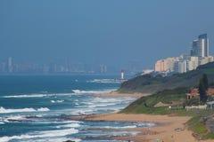 Linia brzegowa z latarnią morską Zdjęcie Royalty Free
