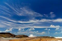 Linia brzegowa z niebieskim niebem. Fotografia Stock