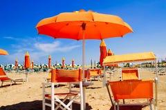 Linia brzegowa z pomarańczowymi parasolami Zdjęcie Royalty Free