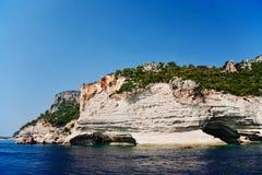 Linia brzegowa z skałami i lasem Zdjęcia Royalty Free
