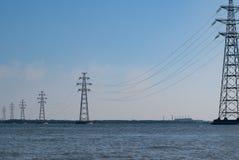 Linia energetyczna nad wodą Zaporoska rzeka, obraz royalty free