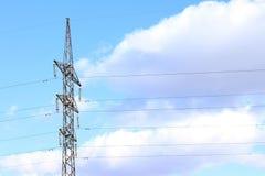 Linia energetyczna przeciw niebieskiemu niebu z chmury elektrowni drutem zdjęcie stock