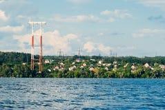 Linia energetyczna rozciąga nad rzeką, linie energetyczne w wsi, obrazy stock