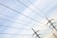 Linia energetyczna słup z kablami i druciana sylwetka na nieba tle zdjęcie stock