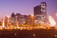 Linia horyzontu budynki biurowi od skrzyżowania wiek aleja i Yanggao droga z sundial rzeźbimy na dobrze w Pudong Zdjęcia Stock