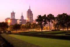 Linia horyzontu budynki biurowi przy wiek aleją w Pudong przy Szanghaj obrazy royalty free