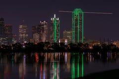 Linia horyzontu Dallas, Teksas przy nocą przez Zalewającą trójcy rzekę Fotografia Royalty Free