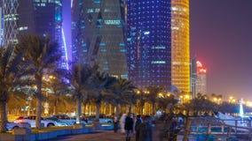 Linia horyzontu Doha nocą z gwiaździstym niebem widzieć od Corniche timelapse, Katar zbiory