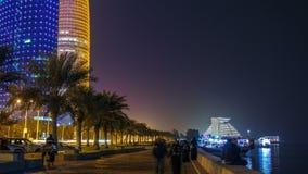 Linia horyzontu Doha nocą z gwiaździstym niebem widzieć od Corniche timelapse, Katar zdjęcie wideo