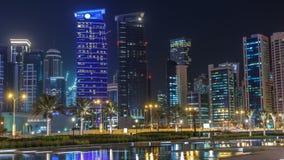 Linia horyzontu Doha nocą z gwiaździstym niebem widzieć od Parkowego timelapse, Katar zbiory