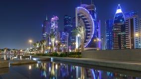 Linia horyzontu Doha nocą z gwiaździstym niebem widzieć od Parkowego timelapse, Katar zbiory wideo
