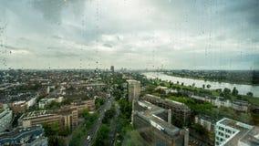 Linia horyzontu Dusseldorf w Niemcy panoramie w deszczu za dżdżystym okno zdjęcia royalty free