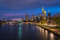 Linia horyzontu Frankfurt z rzeczną magistralą podczas błękitnej godziny obrazy royalty free