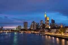 Linia horyzontu Frankfurt z rzeczną magistralą podczas błękitnej godziny zdjęcie royalty free