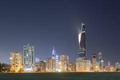 Linia horyzontu Kuwejt miasto przy nocą Obrazy Royalty Free
