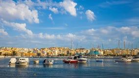 Linia horyzontu Malta z jachtami, łodzie i niebieskie niebo - Malta Zdjęcie Stock