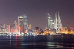 Linia horyzontu Manama przy nocą, Bahrajn Zdjęcia Royalty Free