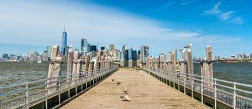 Linia horyzontu Manhattan od Starego promu doku na swobody wyspie Zdjęcie Royalty Free