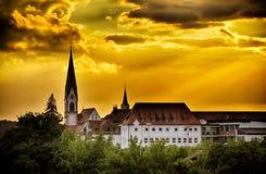 Linia horyzontu miasto Herzogenaurach w Bavaria Niemcy przy zmierzchem obraz royalty free
