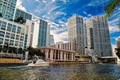 Linia horyzontu na chmurnym niebieskiego nieba tle w Miami, usa zdjęcia stock