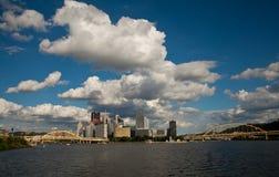 Linia horyzontu Pittsburgh Pennsylwania od Allegheny rzeki zdjęcia stock