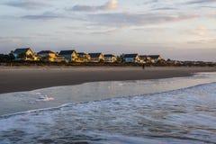 Linia horyzontu plaża stwarza ognisko domowe przy wyspą palmy, w Charleston południe samochodzie zdjęcia royalty free