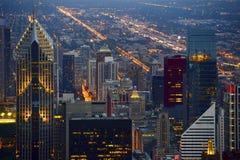 Linia horyzontu przy nocą Chicago Obrazy Stock