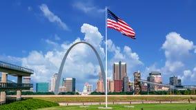 Linia horyzontu St Louis z popołudniem chmurnieje w niebie fotografia stock