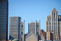 Linia horyzontu Stary Montreal z Notre Damae bazyliką w przodzie i rocznika kamienia drapacz chmur w tle, obraz royalty free
