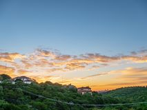 Linia horyzontu strzał Austin Teksas śródmieście gnieździł się między wzgórzami podczas wibrującego złotego wschód słońca obrazy royalty free