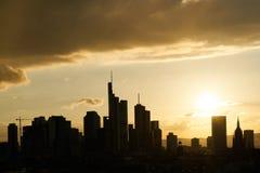 Linia horyzontu sylwetka Frankfurt magistrala przy zmierzchem - jest - fotografia royalty free